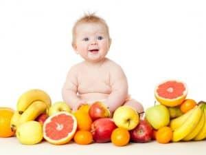 bebe-com-frutas-a-sua-volta-svetlanafedoseyeva-shutterstock-0000000000004E14